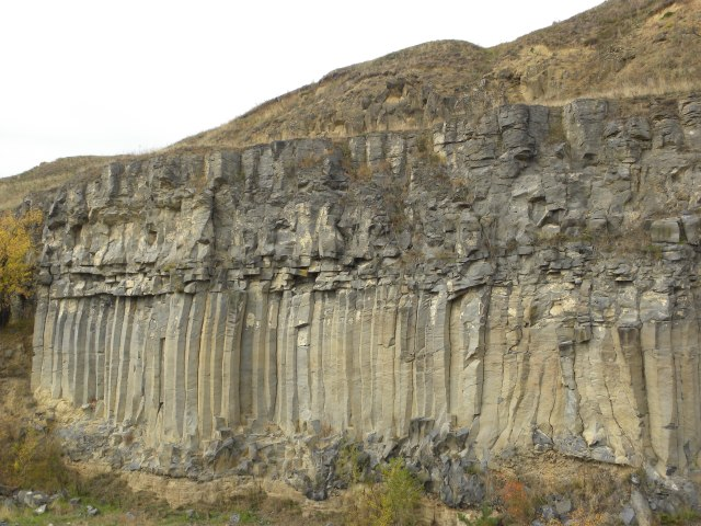 Columnar basalts at Racoșul de Jos/ Alsórákos are yielding a 1200 ka to 600 ks old (Harangi et al., 2013)  effusive product in one of the  Perșani Mountain tension nodes, tracing the location of cross-cutting strike-slip  faults